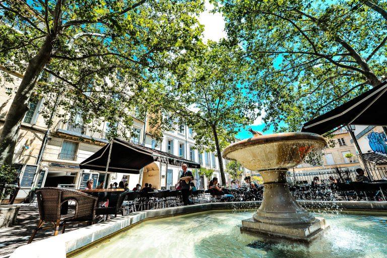 Se prélasser au soleil aux terrasses de café de Montpellier