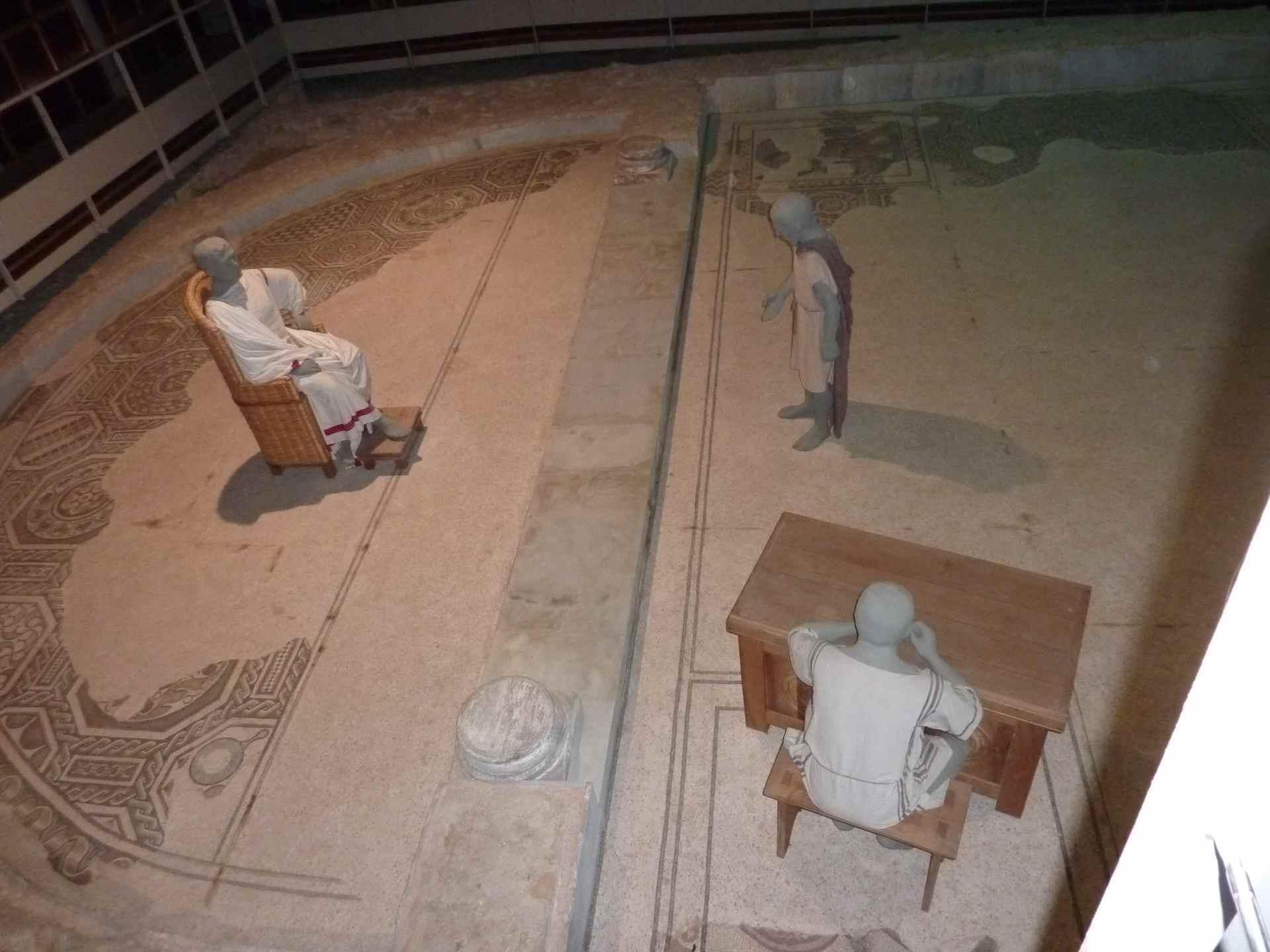 Villa reconstituée avec les mosaïques d'origine - Intérieur de la villa antique à Loupian