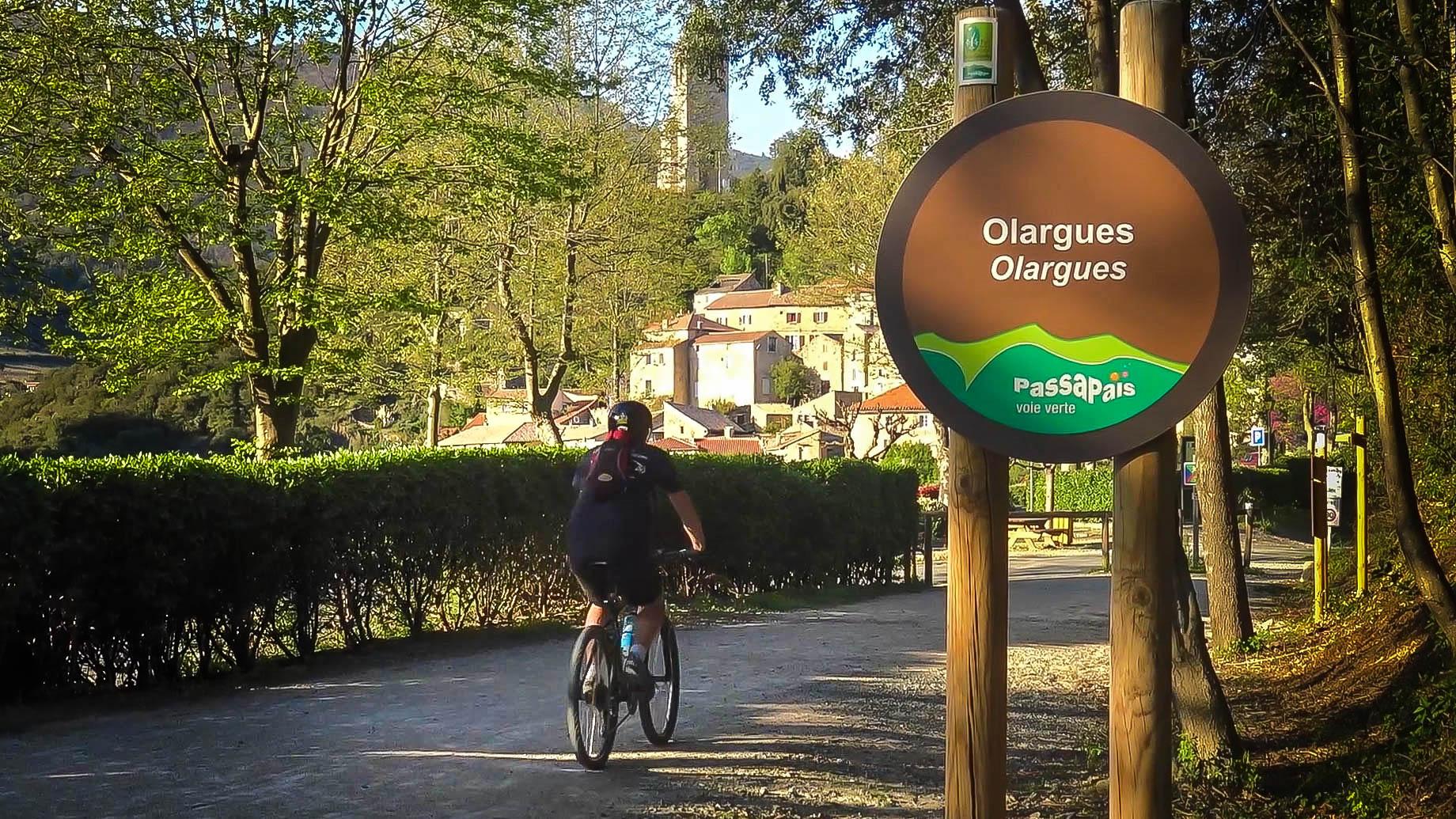 Cycliste sur la Voie Verte à Olargues