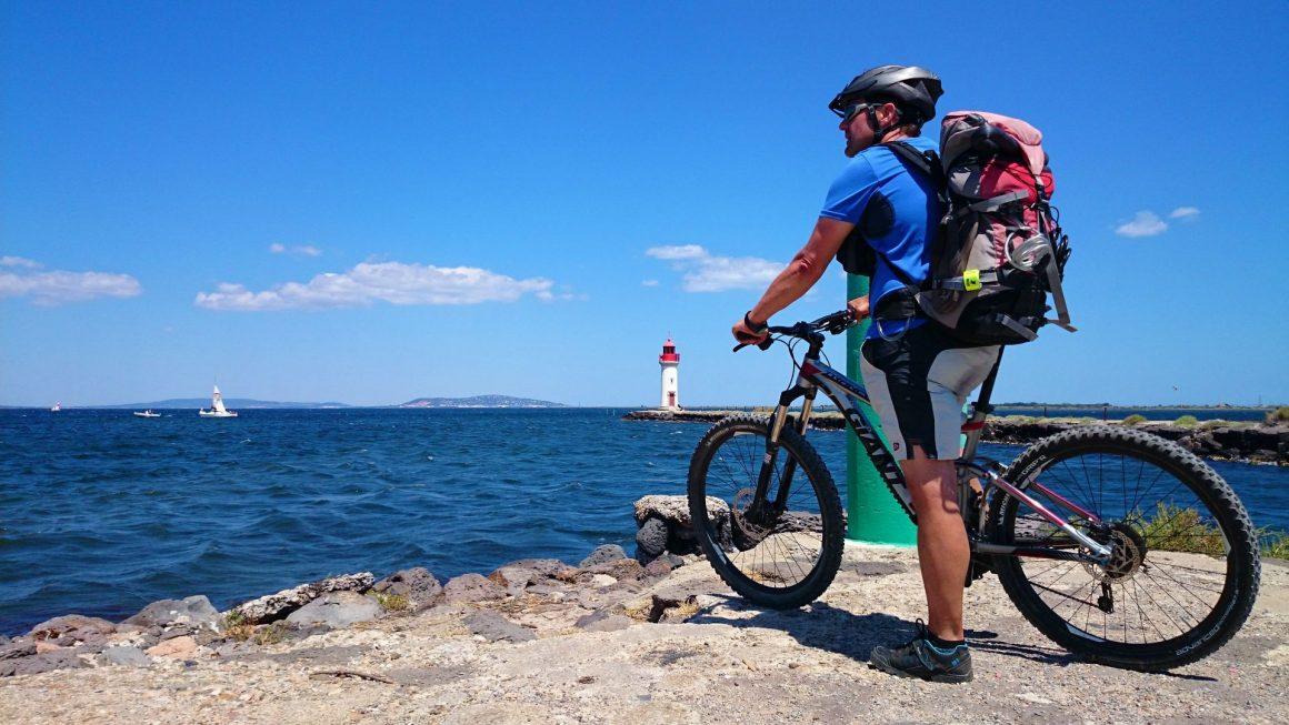 VTT au bord de l'eau - vététiste à la pointe des Onglous à Marseillan