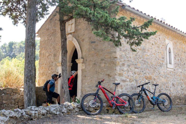 VTT découverte - 2 vététistes visitent une chapelle