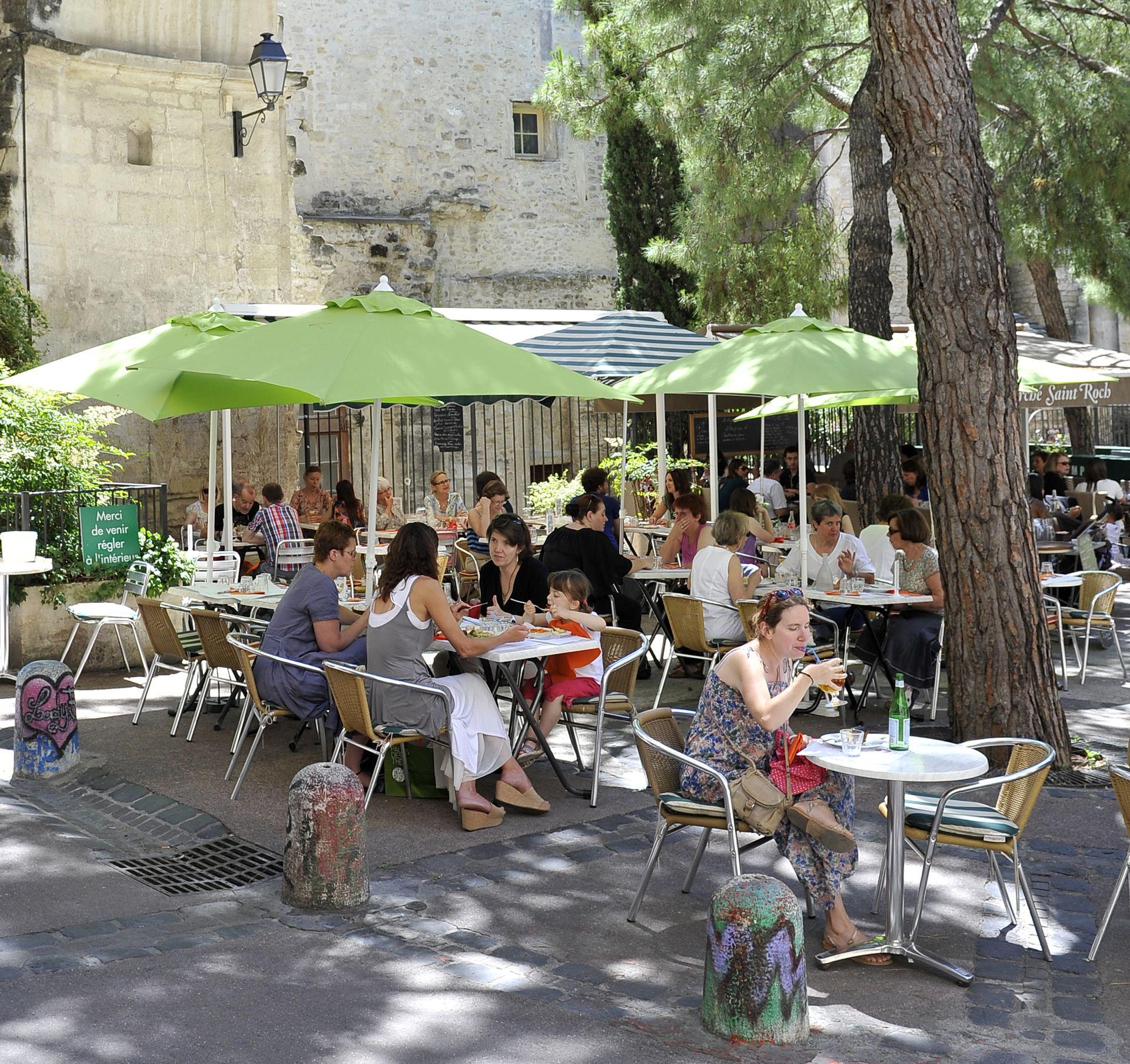 Pause restaurant en famille et en terrasse dans les ruelles médiévales de l'Ecusson à Montpellier