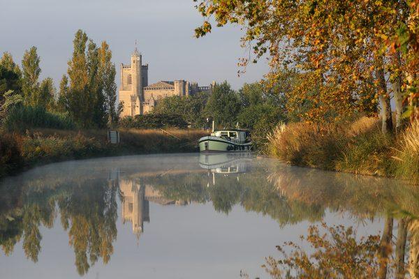 Vue sur le Canal du Midi et la Collégiale de Capestang en toile de fond