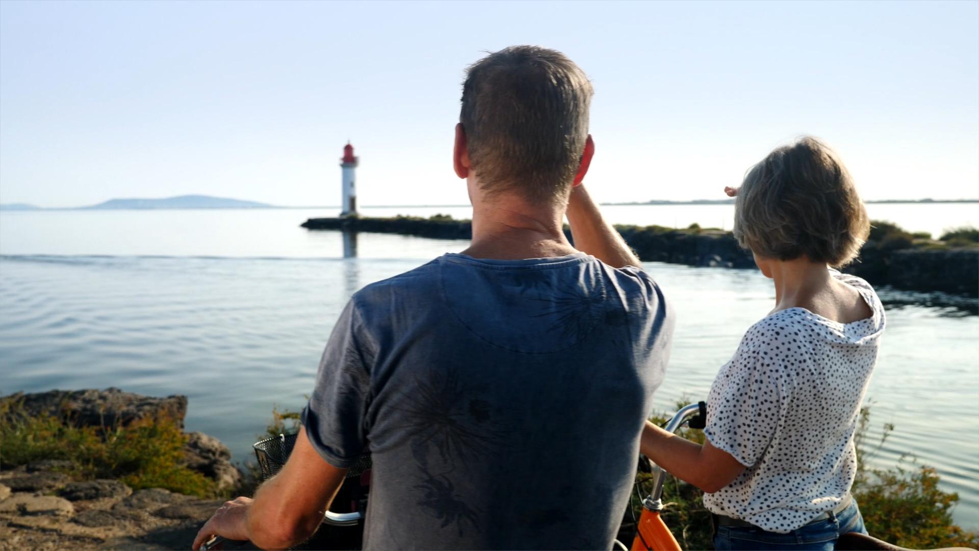 Couple de jeuniors à vélo sur la Pointe des Onglous à Marseillan