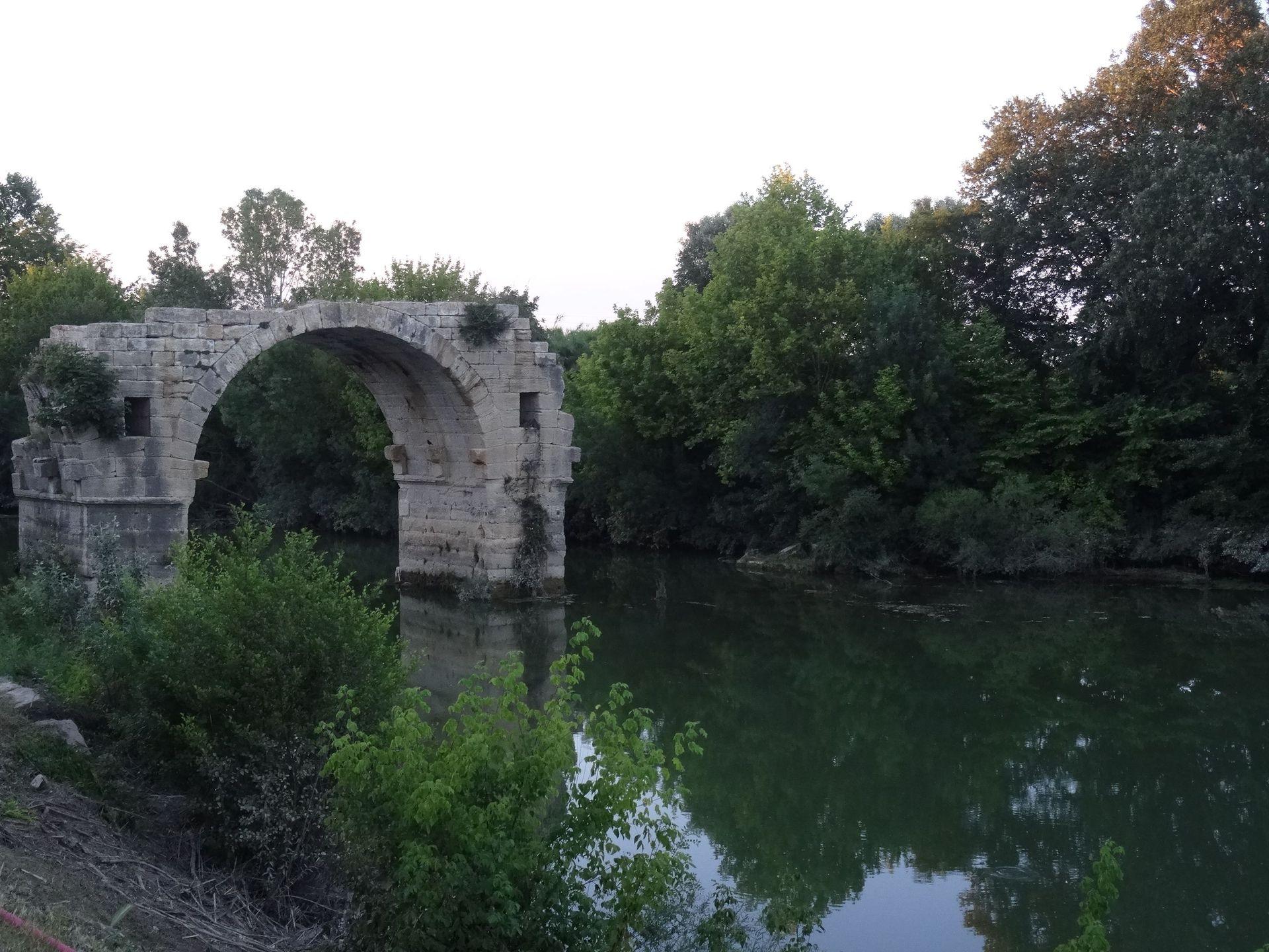 Pont d'ambroix ou pont d'Ambrussum est un pont romain construit au Ier siècle au dessus du Vidourle