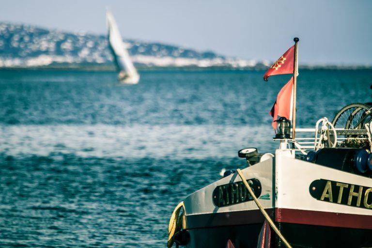 Péniche et voilier sur l'étang de Thau