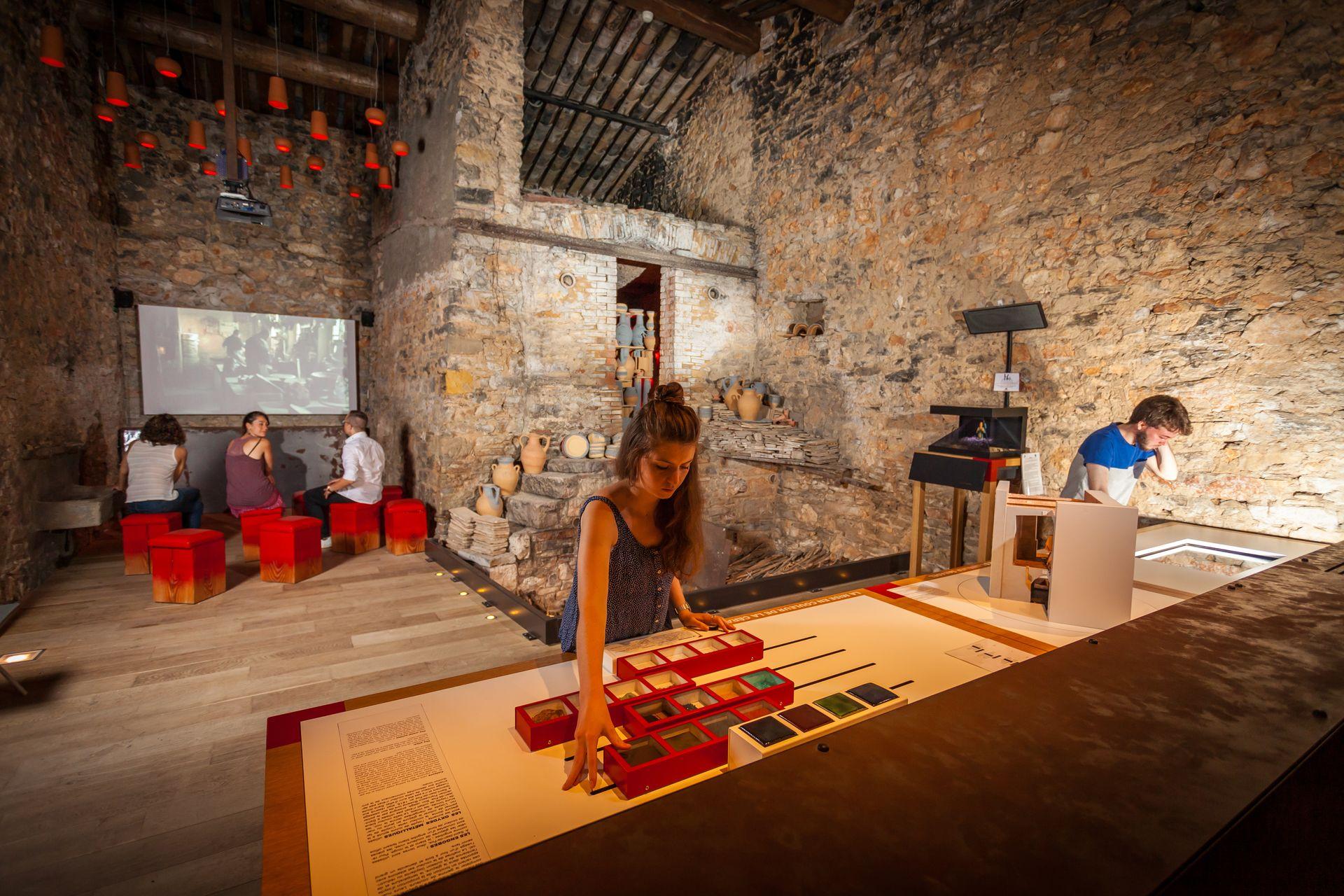 Musée et maison de la poterie - Jeune fille testant l'exposition ludique