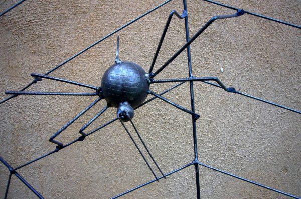 Sculpture représentant une araignée noire sur sa toile en métal à l'Atelier Annick et Charly à Saint Guiraud