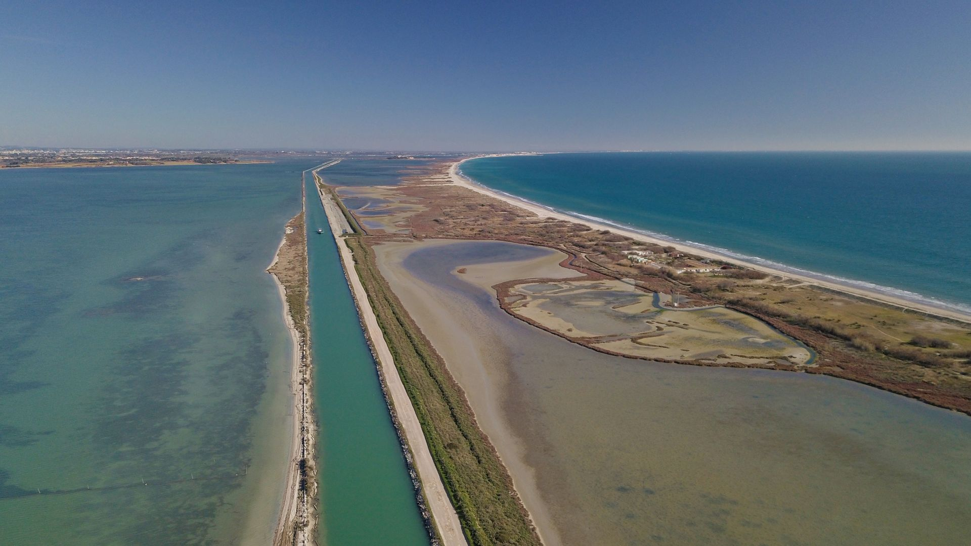 Mer, étangs et canal du Rhône à Sète