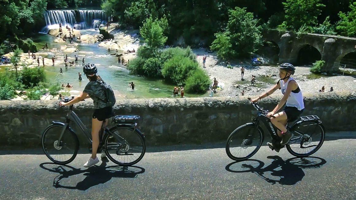 Vélos électriques entre copines dans les gorges de la Vis