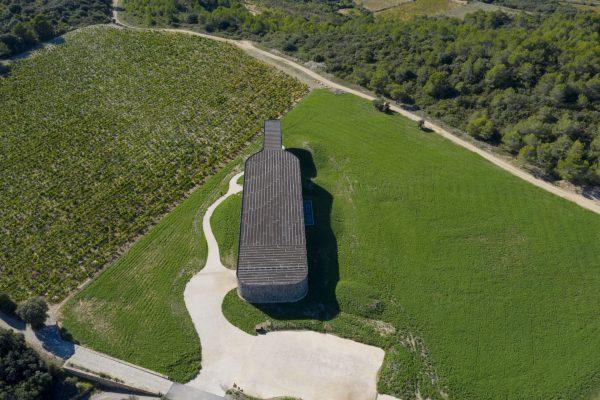 Vue aérienne sur le chai Castigno en forme de bouteille