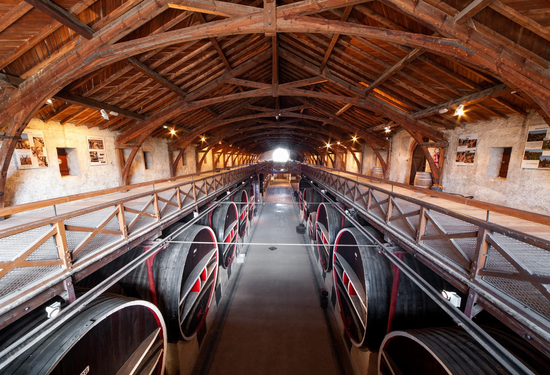 Intérieur de la cave du chateau vue du haut sur la charpente