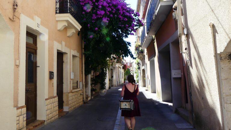 Promeneuse dans une ruelle de Frontignan