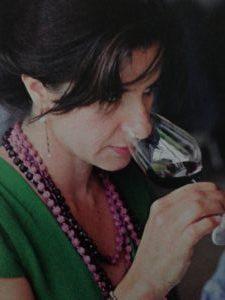 Christelle Zamora qui déguste un vin