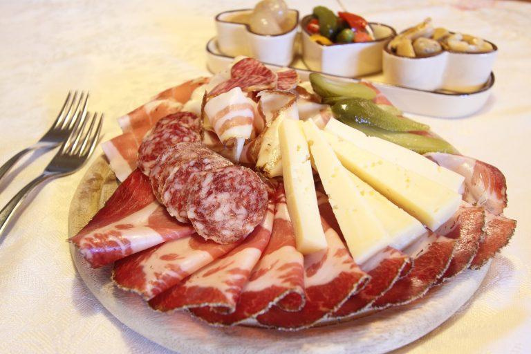 Plateau charcuterie et fromage © Pixabay
