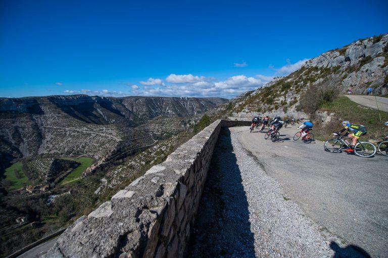 Cyclosportifs dans le cirque de Navacelles pendant l'Héraultaise