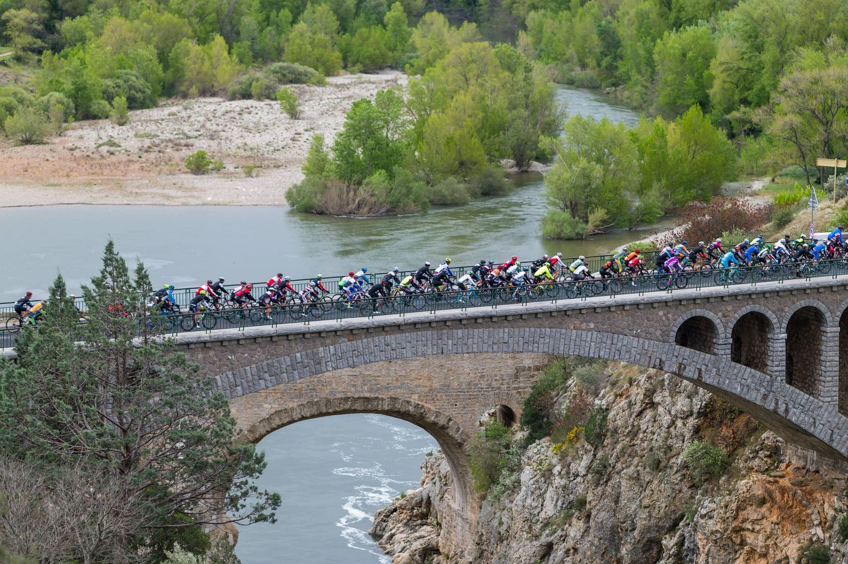Cyclosportifs dans les gorges de l'Hérault pendant l'Héraultaise