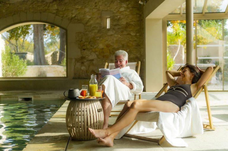 Séance bien-être au bord de la piscine pour un couple de jeuniors