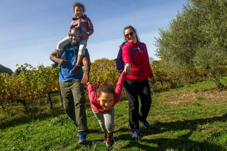 Une famille avec deux enfants qui randonne dans le vignoble de l'Hérault
