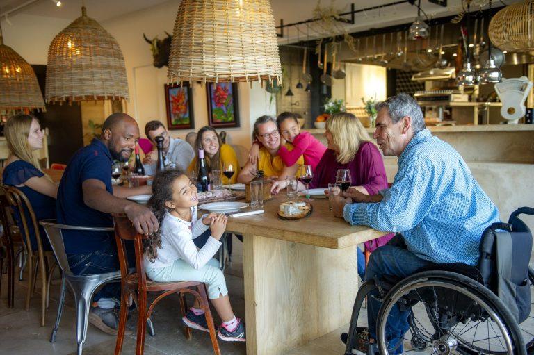 une tribu, en famille toutes générations confondues prend le repas ensemble dans une maison