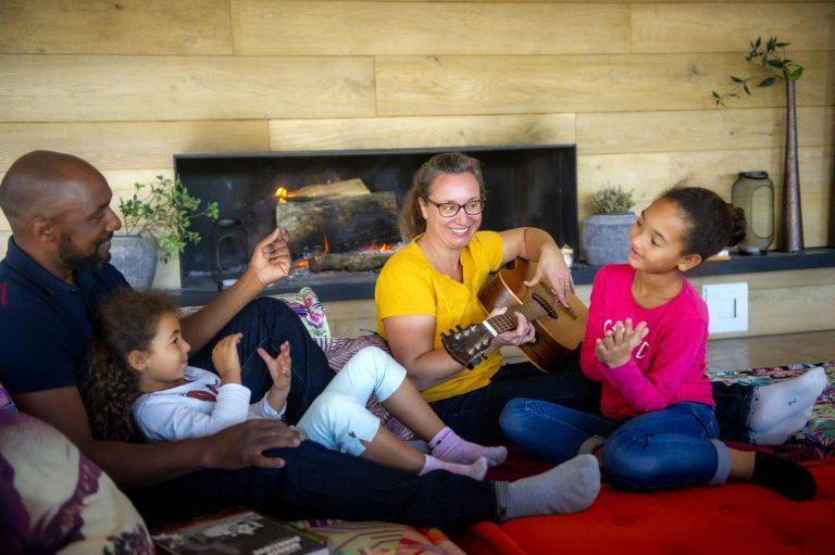 Famille qui partage un moment convivial autour du feu