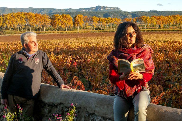 Couple de jeuniors dans les vignes