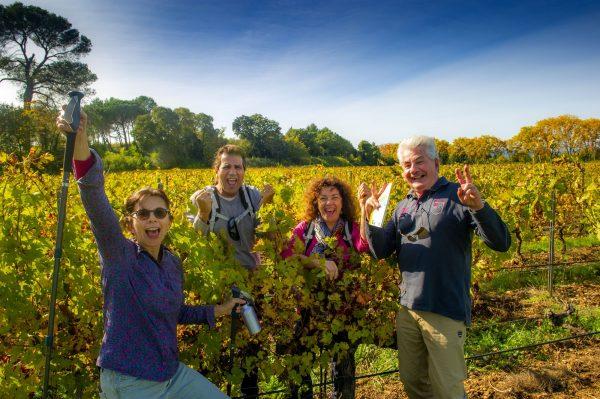 Un groupe d'amis de quincados et jeuniors qui sont en train de se balader au milieu de vignobles dans l'Hérault