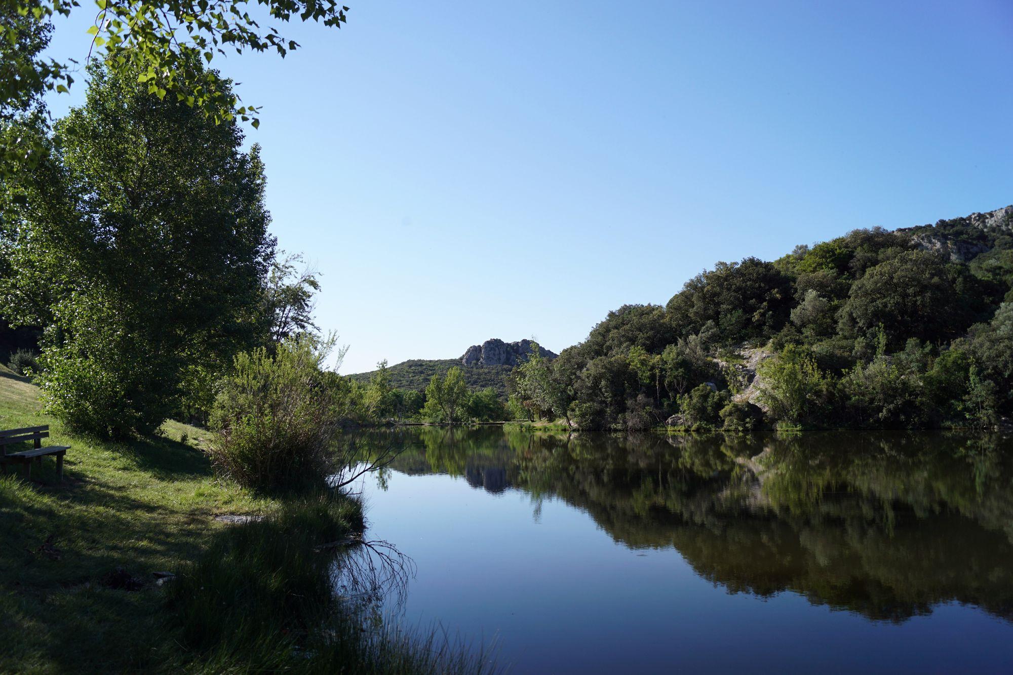 Le Domaine et le lac des Olivettes à Vailhan