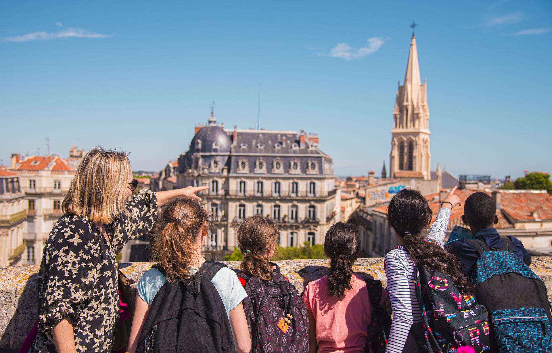 Un groupe d'enfants visite Montpellier : vue de l'arc de triomphe