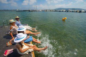Balaruc, famille sur un ponton. Les pieds dans l'étang de Thau