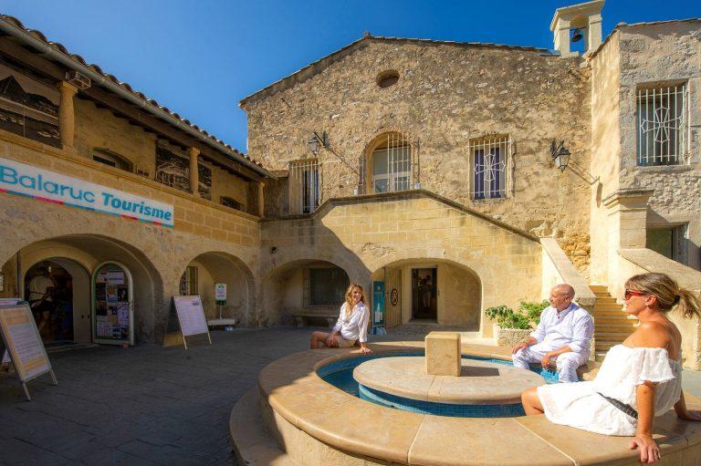 Détente au pavillon Sévigné devant l'Office de Tourisme de Balaruc les Bains