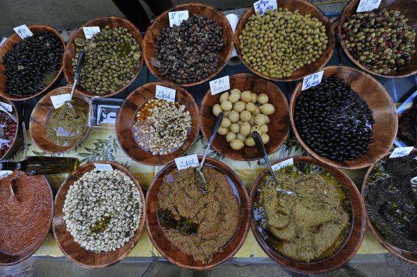 Olives et tapenades sur l'étal d'un marché du Languedoc
