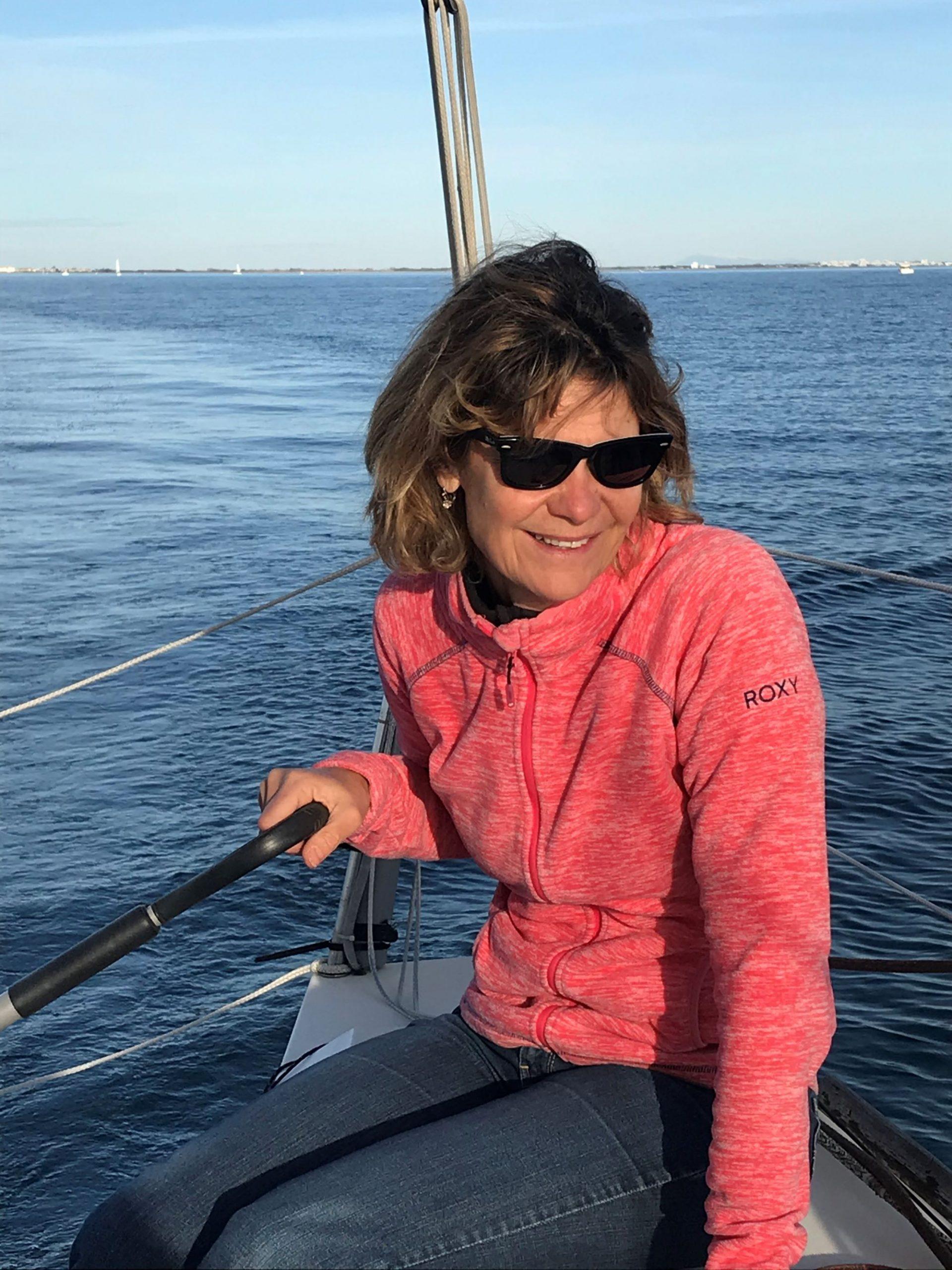 Françoise sur un voilier