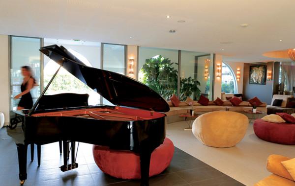 Salon piano à l'Hôtel Oz inn Cap d'Agde