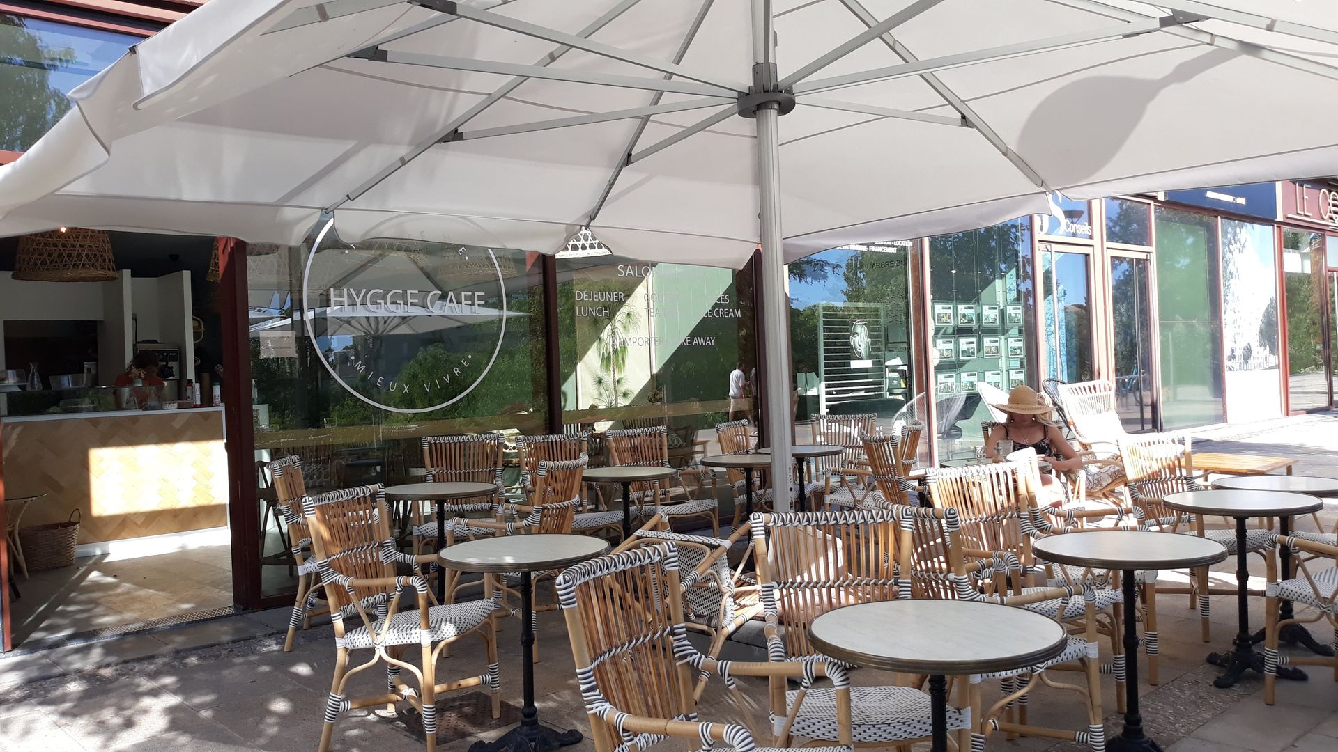 Terrasse agréable du café danois à Montpellier