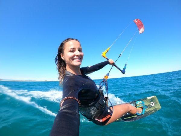 Kitesurfeuse à la plage des Aresquiers avec Ride Academy