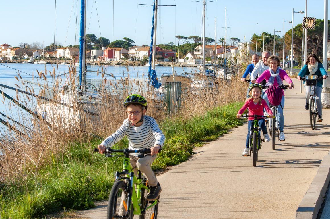 Famille à vélo au Cap d'Agde