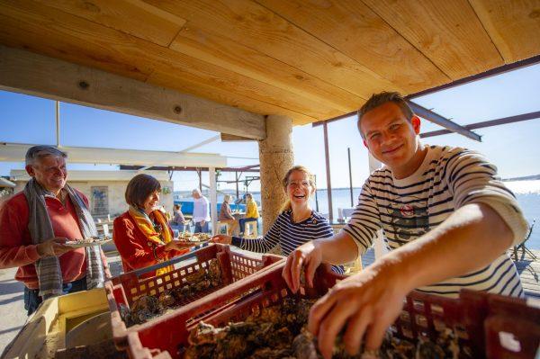 Dégustation d'huîtres dans le mas ostréicole Le Petit Mas à Loupian au bord de la lagune de Thau