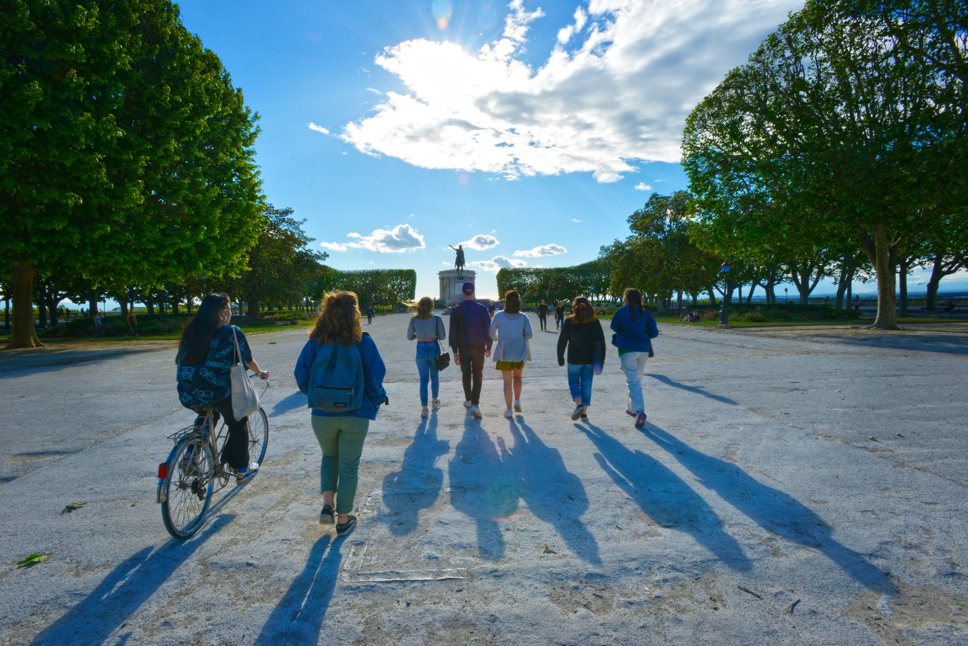 Groupe d'amis sur l'Esplanade du Peyrou à Montpellier