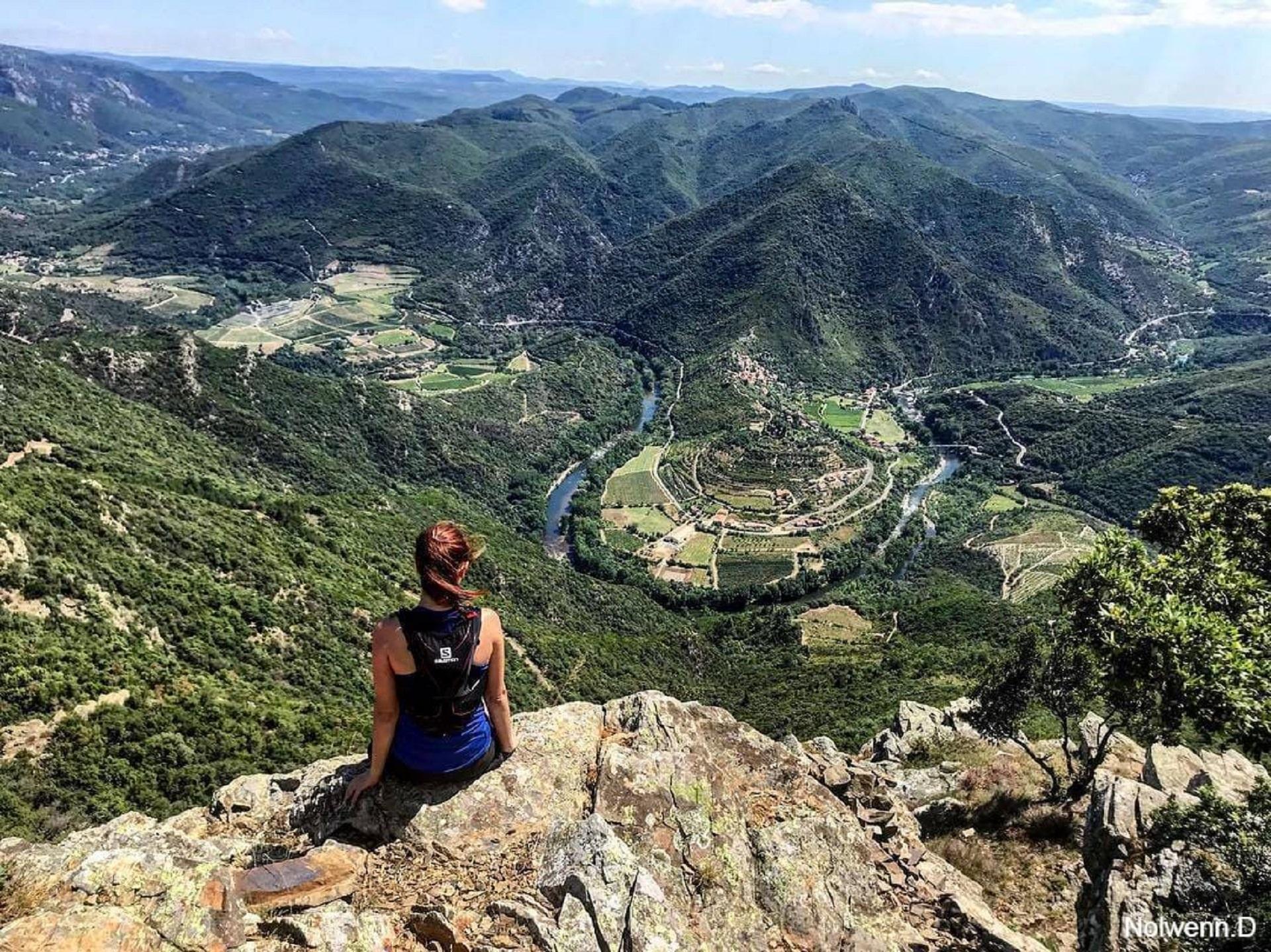 Vue vers les méandres de l'Orb au-dessus de Vieussan au Pic de Naudech