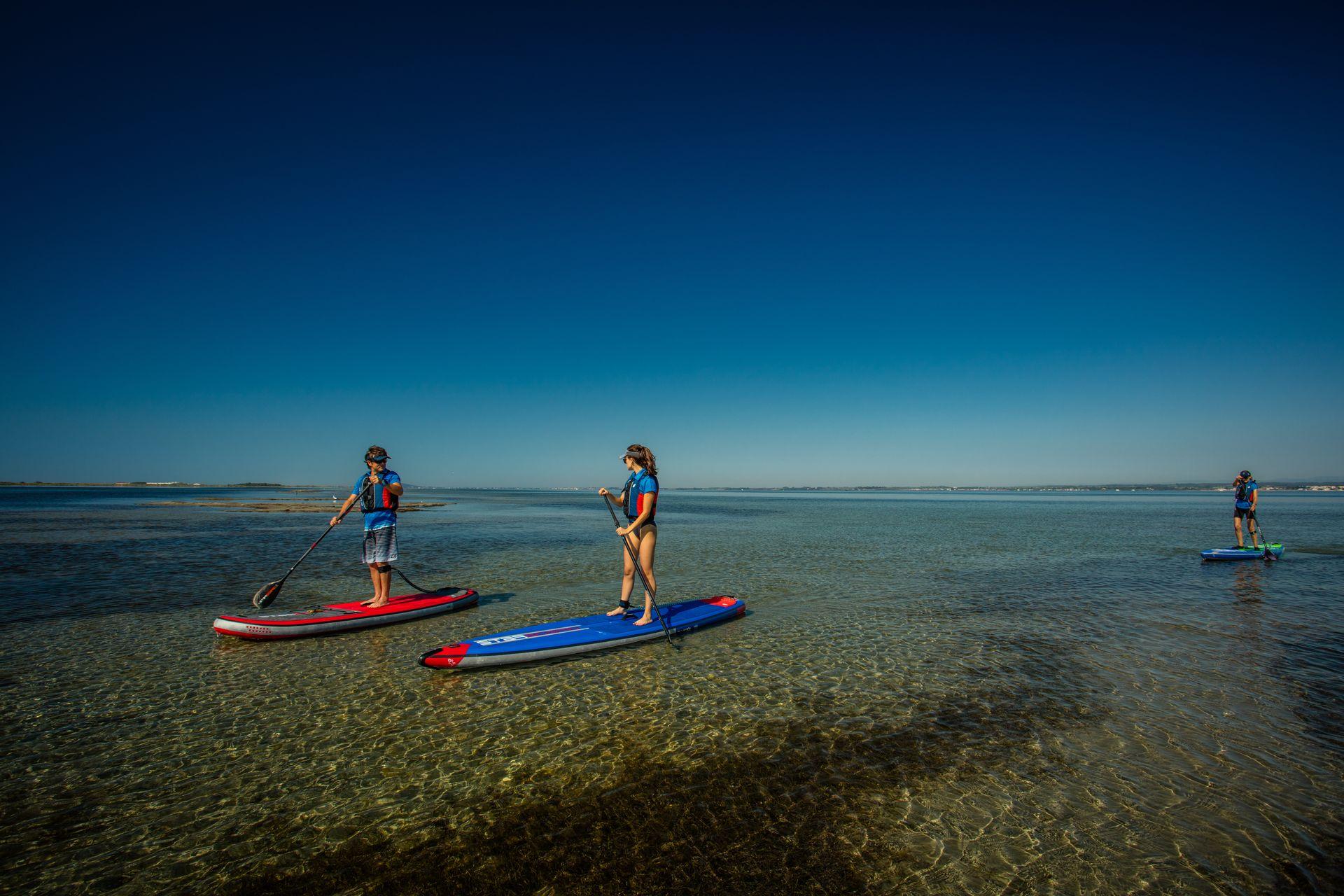 Groupe de jeunes en Paddle sur l'étang de Thau