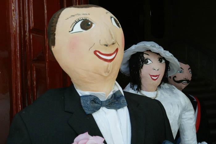Des petetas de Murviel lès Béziers - des poupées de chiffon à taille humaine représentant un couple de mariés et Monsieur le Maire