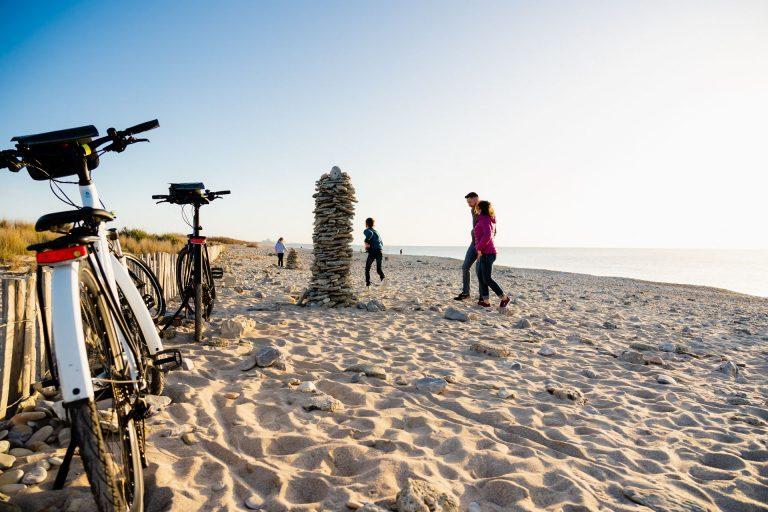 Famille à vélo sur la plage de Maguelone