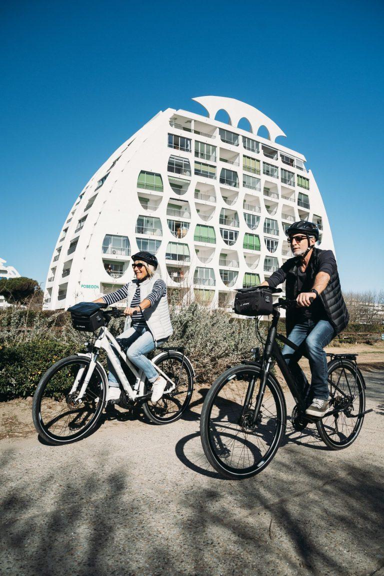 Vélo en couple de quinquas à La Grande Motte