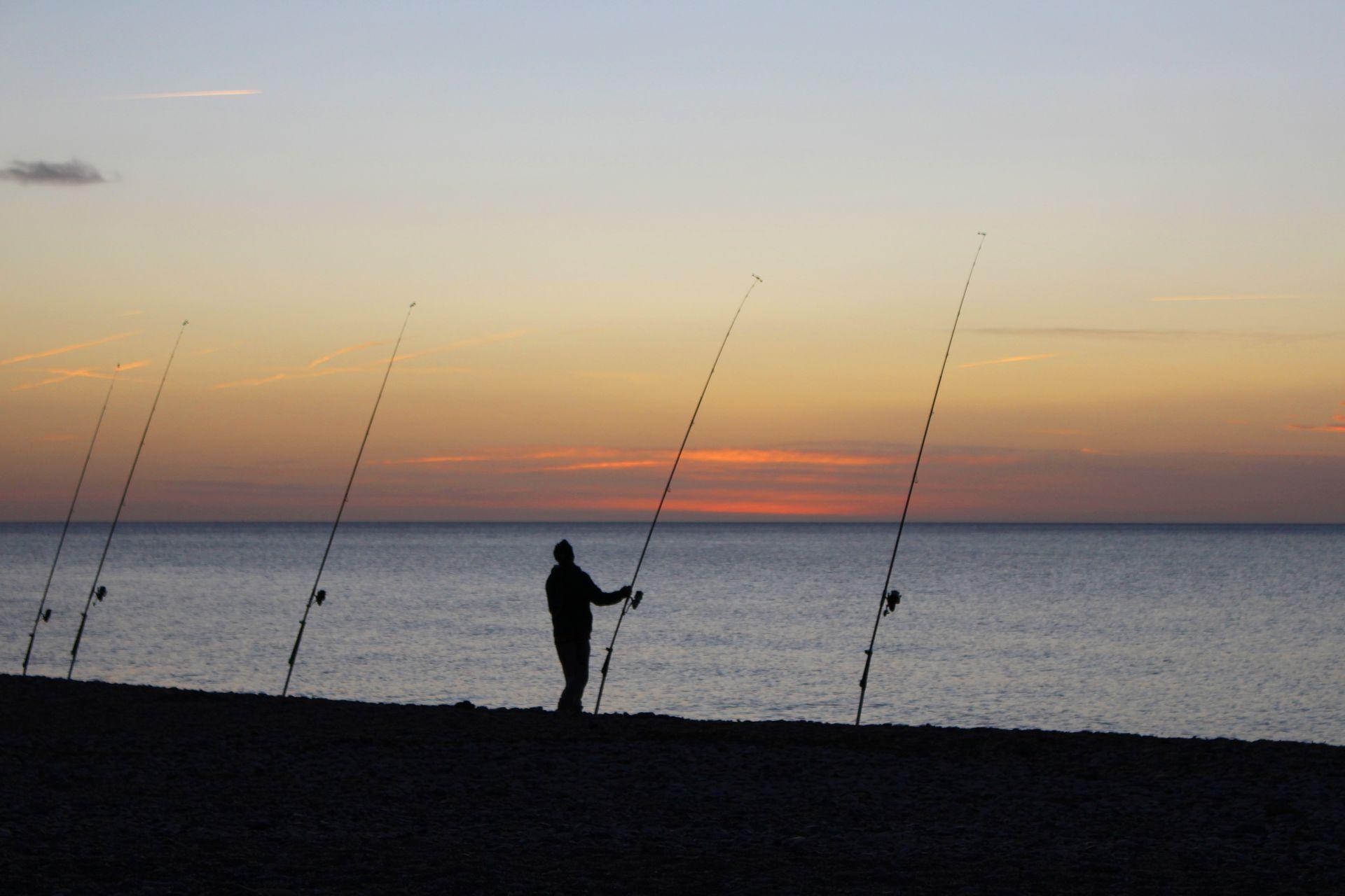 Pêcheur sur la plage de Villeneuve les Maguelone