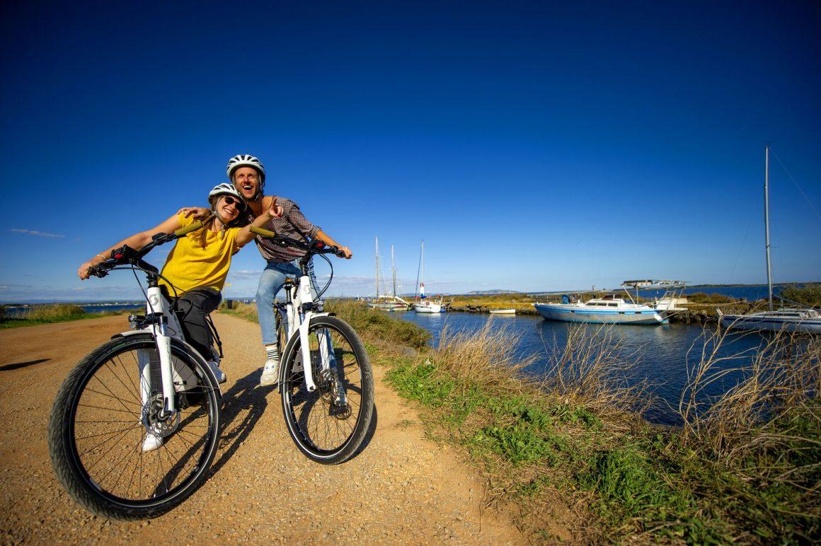 Couple de jeunes à vélo sur la Pointe des Onglous à Marseillan