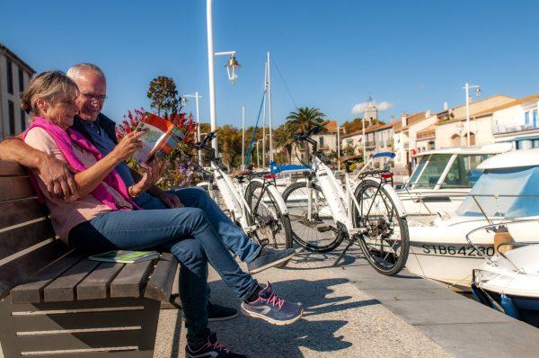 Couple de jeuniors à Vélo au port de Marseillan