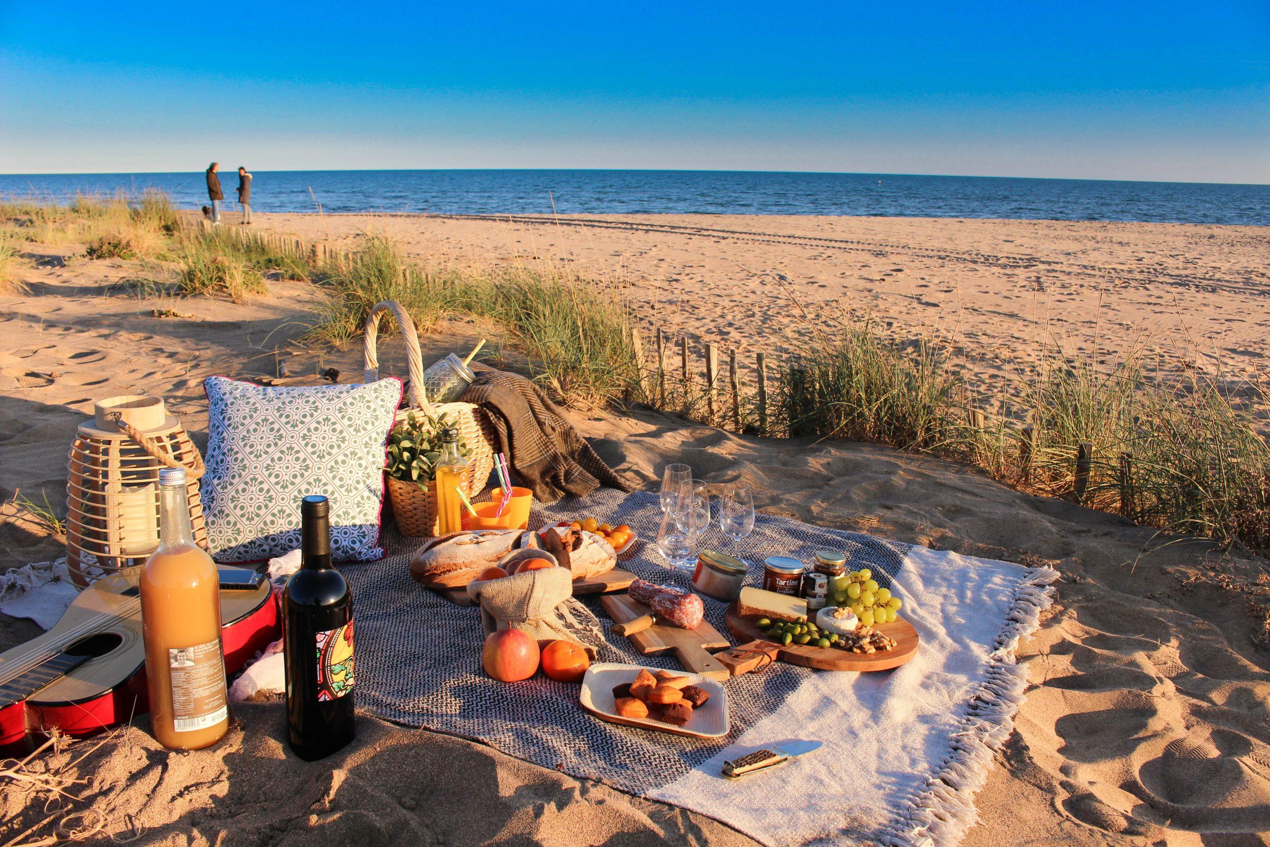 Pique nique sur la plage au coucher de soleil à Portiragnes