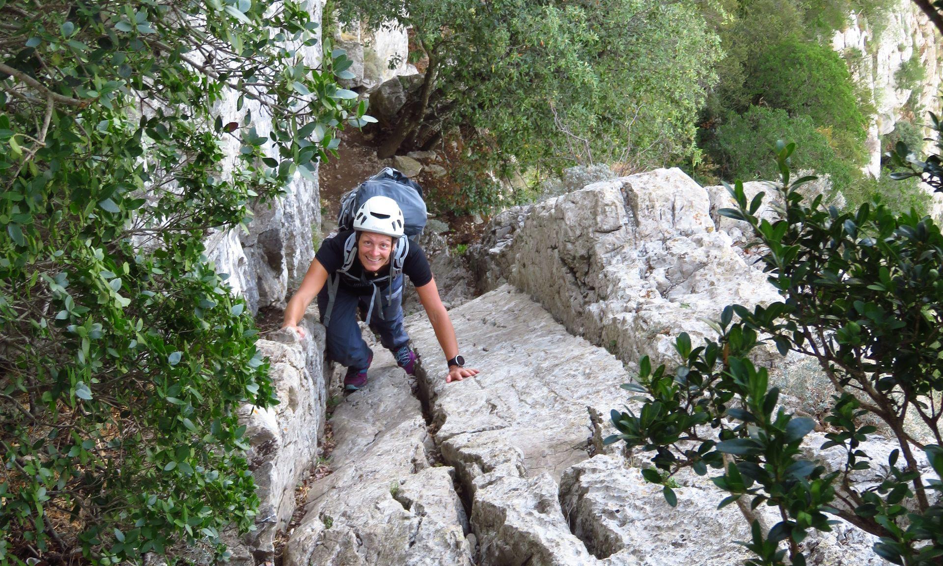 jeune femme en rando-rappel sur la diagonale verte du Pic St Loup