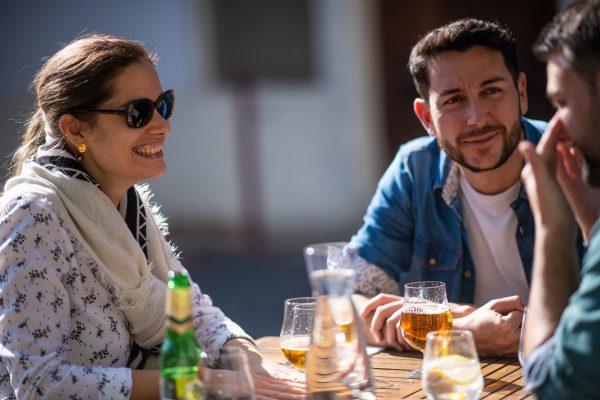 Montpeyroux-Amis en terrasse d'un restaurant
